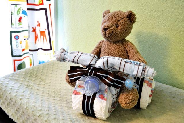 Как сделать мотоцикл из подгузников и детской одежды в подарок для малыша