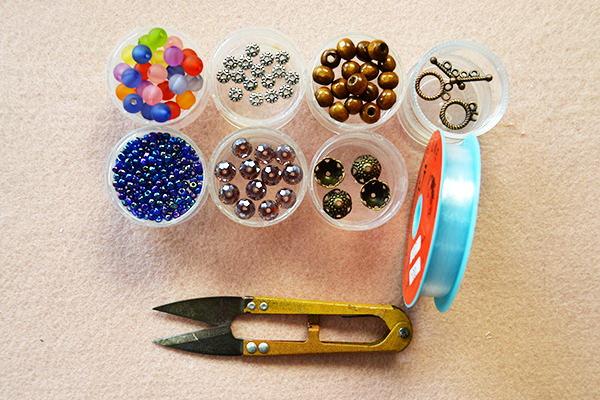Как сделать самый простой браслет из бусин на лето