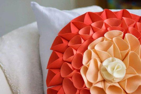 Как сделать декоративную подушку в виде красочного цветка