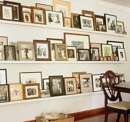 Не забывайте о старой европейской традиции заставлять фотографиями в рамках разных размеров вертикальные полки