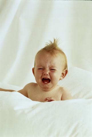 Как правильно оказать помощь ребенку при болях в ушке?
