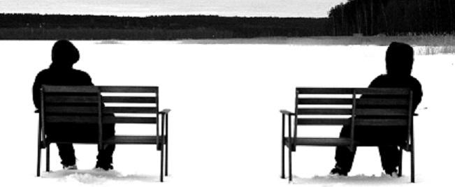 черно-белая фотография зимой мужчина в куртке и капюшоне сидит на лавочке смотрит на заледеневшее озеро
