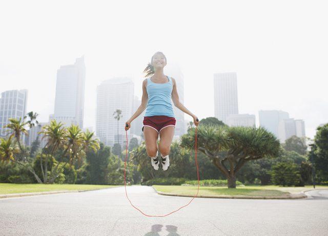 дважды в день прыгайте через скакалку 5-10 минут