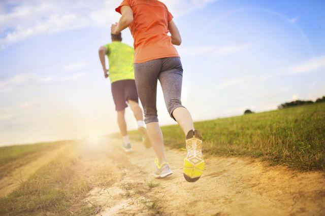 бегайте по беговой дорожке или на улице 20 минут