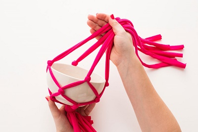 Как выполнить подвесное кашпо из трикотажных лент