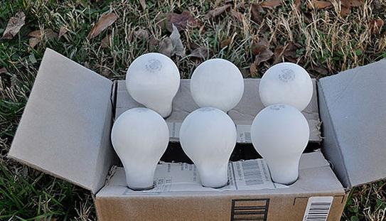 Как легко сделать новогодний венок из пакетов и лампочек?