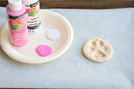 Как сделать елочные игрушки с отпечатками из соленого теста?