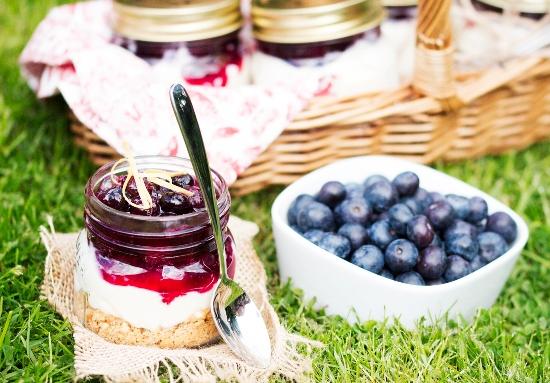Как приготовить чизкейк без выпечки: идея десерта для пикника в баночках