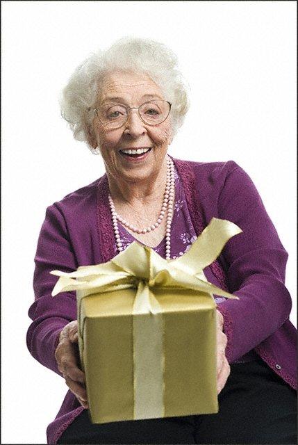 Как выбрать подарок бабушке на любой праздник