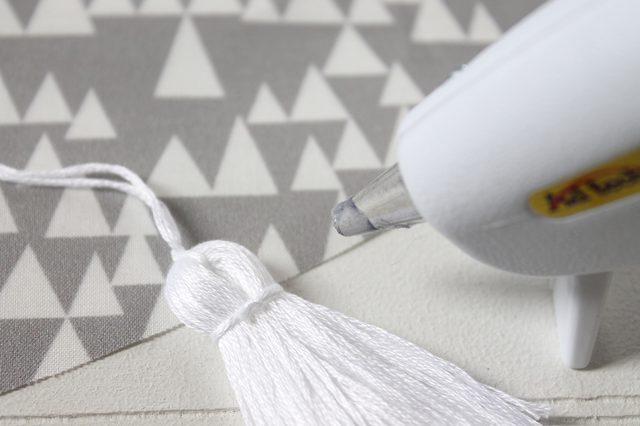 Как переделать скатерть в юбку для новогодней елки, чтобы скрыть основу?