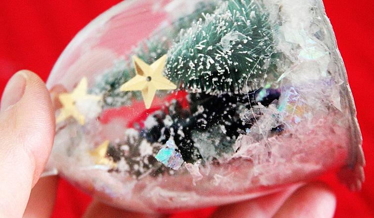 Как легко сделать снежный шар для новогоднего декора?