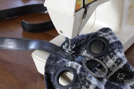 Как сшить сумку на завязке из старого свитера?
