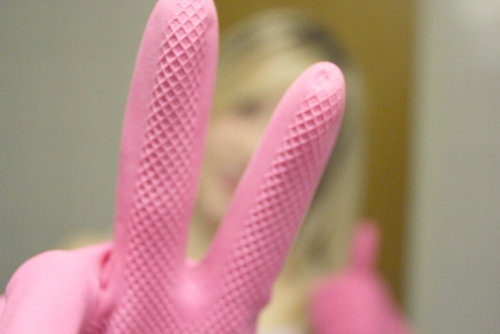рука в розовых резиновых хозяйственных перчатках