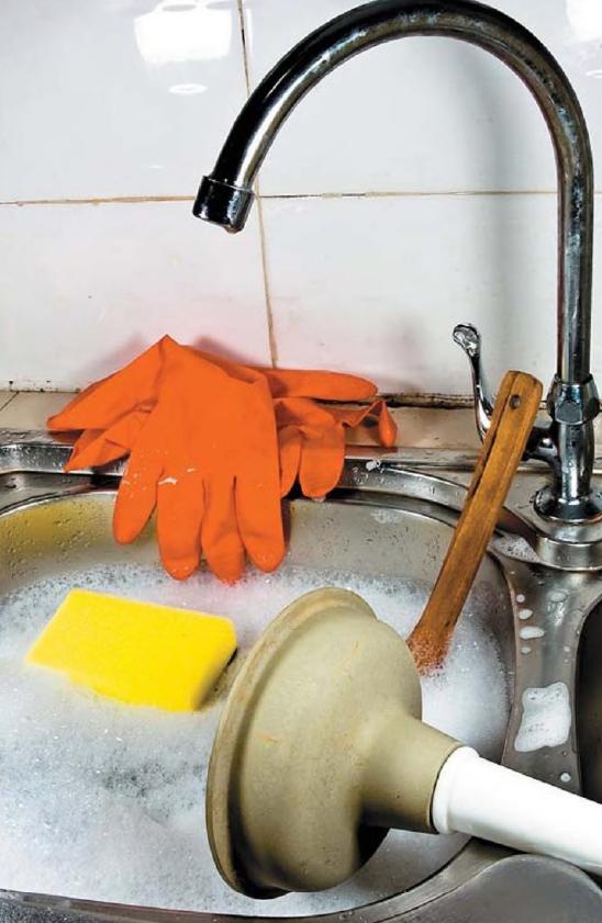 кухонная раковина кран, мыльная пена, вантуз, губка, перчатки