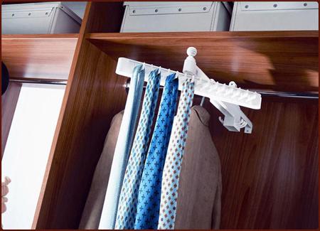 Вариант вешалки для галстуков, которую можно закрепить сбоку в шкафу или на двери