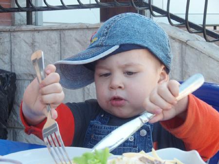 Учите ребенка соответствующим, подходящим на данной стадии развития манерам