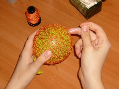 Как сделать новогодний ниточный шар своими руками?
