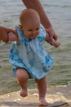 Как правильно обучать ребенка ходить?