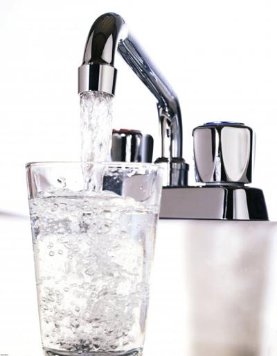 Заказывайте в ресторане воду из-под крана, конечно, предварительно уверьтесь, что вам принесут именно очищенную воду