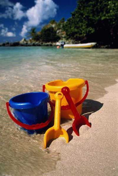 Выройте яму под поверхностью воды, там, где песок темный и достаточно пропитан влагой, и накопайте песка в ведро