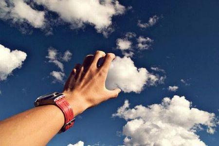 фокус эффект ракурс фотография снимор рука держит облако