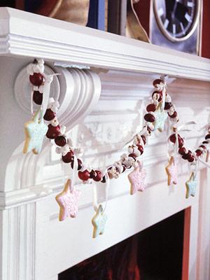 Тонкие/оригинальные гирлянды (например, из веток с ягодами, из пластиковых снежинок или самих ягод) смотрятся на каминах только при определенных дизайнах помещения и самого камина.