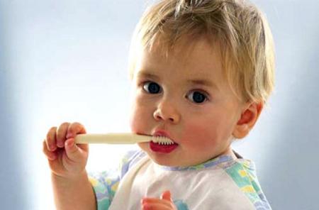 Дети старше трех лет в принципе должны уже самостоятельно начинать чистить зубки