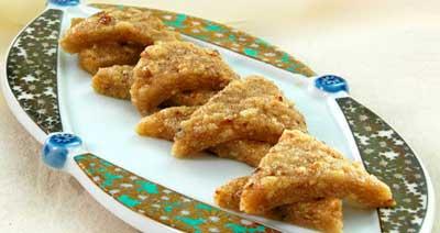 ореховое печенье на вытянутой тарелке