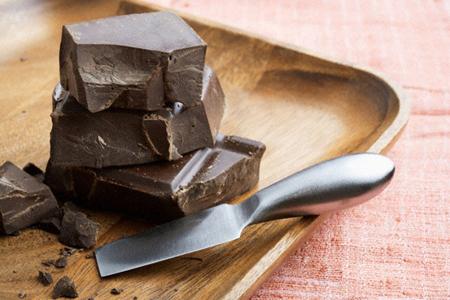 Размельчите 85 г темного шоколада без добавок на малые кусочки