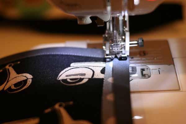 пришивание ленты бейки к ткани на швейной машинке