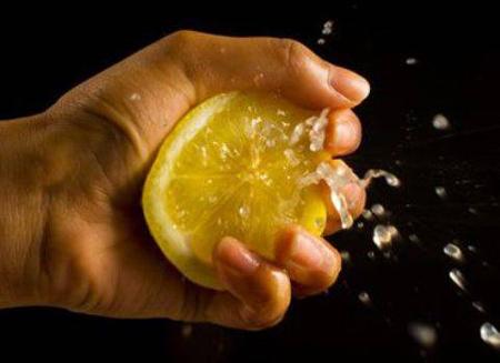 Используйте лимон для ухода за ногтями