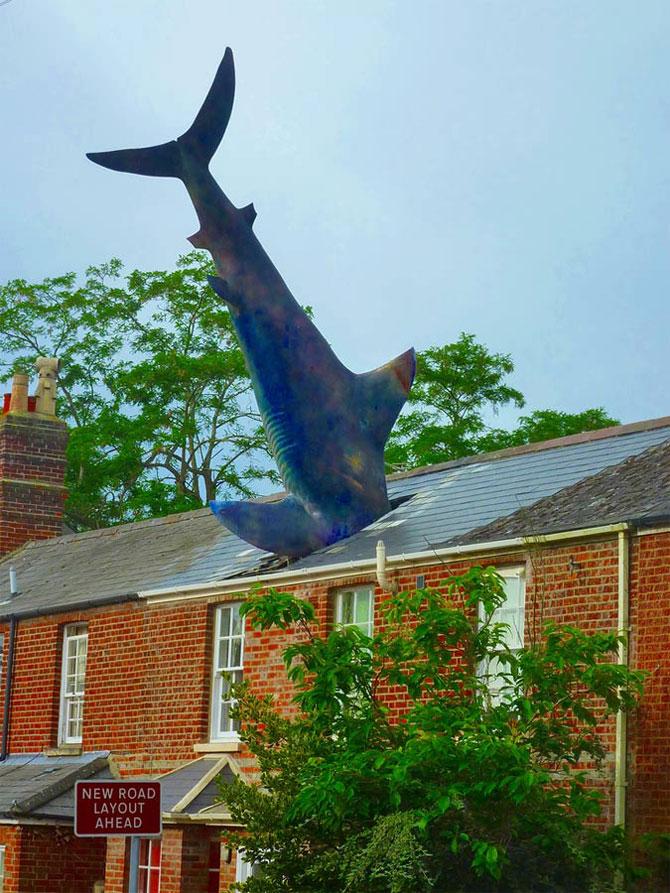 Скульптура в виде акулы, врезавшейся в крышу дома, в Оксфорде. Ярость атомной энергии.