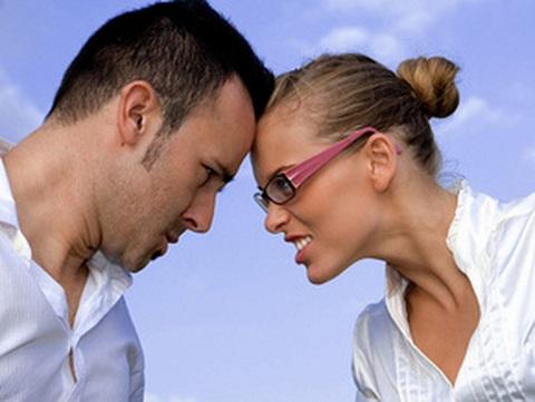 мужчина и женщина столкнулись ссорятся бодаются лбами