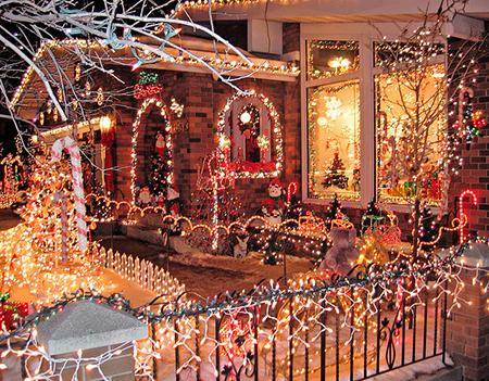 Грисвольд непоколебимо решил, что его дом станет шаблоном яркости и продемонстрирует самую детально разработанную праздничную инсталляцию во всем районе