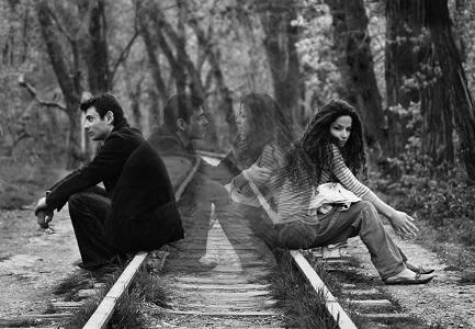 девушка парень сидят на рельсах расставание любовь прошла