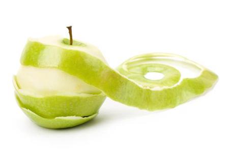 Очистите и вытащите сердцевину из двух-трех яблок