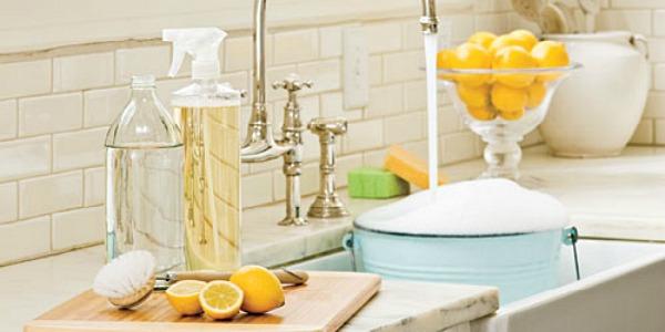 чистая кухня, раковина, в ведро наливается вода, мыльная пена
