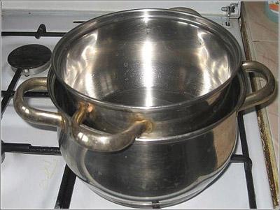 Миндальное масло нагрейте на паровой бане на малом огне