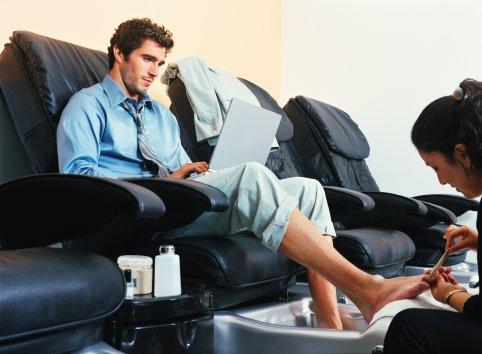 Как мужчине избавиться от потливости ног: борьба с неприятным запахом!