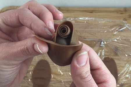 Как сделать розы из шоколада и клубники?