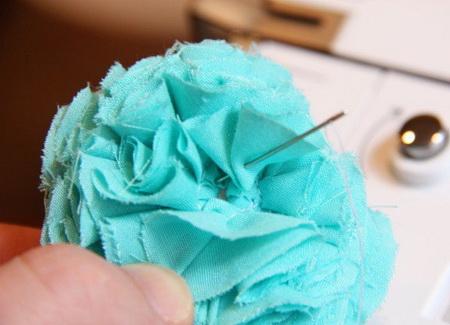 Как сделать декоративный цветок из ткани?