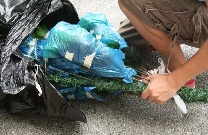 Как правильно очистить искусственную елку?