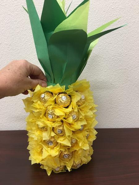 Как сделать своими руками ананас из конфет и бутылки вина?