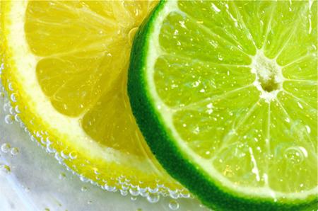 Выжмите достаточное количество сока лимона или лайма поверх соды