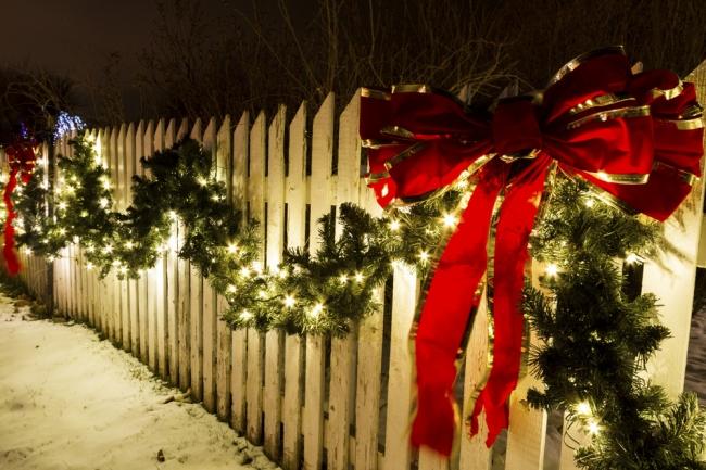 Как оригинально украсить улицу на новогодние праздники?
