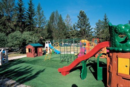 Постарайтесь выбирать удобные для детей отели: только те, где предлагают семейные апартаменты, а так же, весьма вероятно, игровые площадки