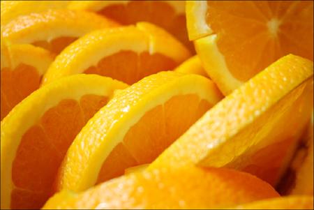 Порежьте яблоки, апельсины, лимоны и лаймы вместе с кожурой на дольки