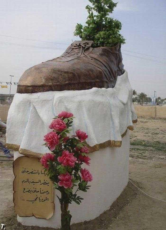 Памятник ботинку, брошенному в Джорджа Буша эмоциональным журналистом Мультадаром Заиди