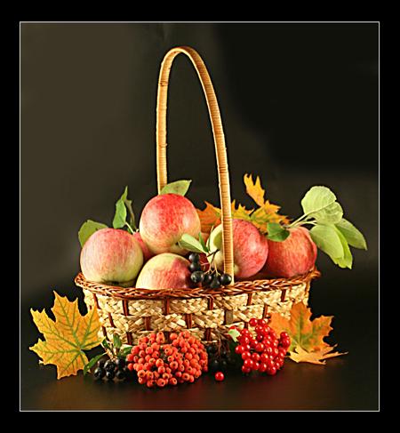 Поставьте на стол плетеную вазочку или корзину и наполните их тыквами, яблоками, грушами, орехами и прочим