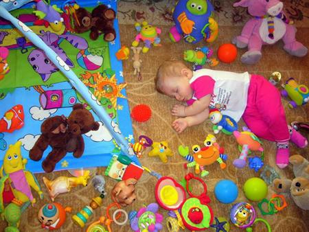 игрушки, разбросанные по всему полу способны попадать под ноги, но дети быстро растут
